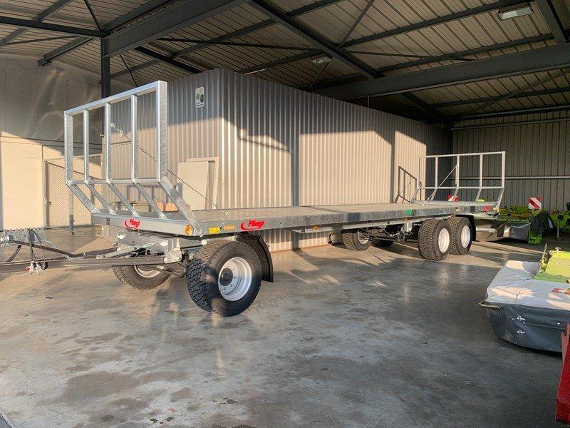 Ballensammelwagen des Typs Fliegl DPW 240, Neumaschine in Domdidier (Bild 1)