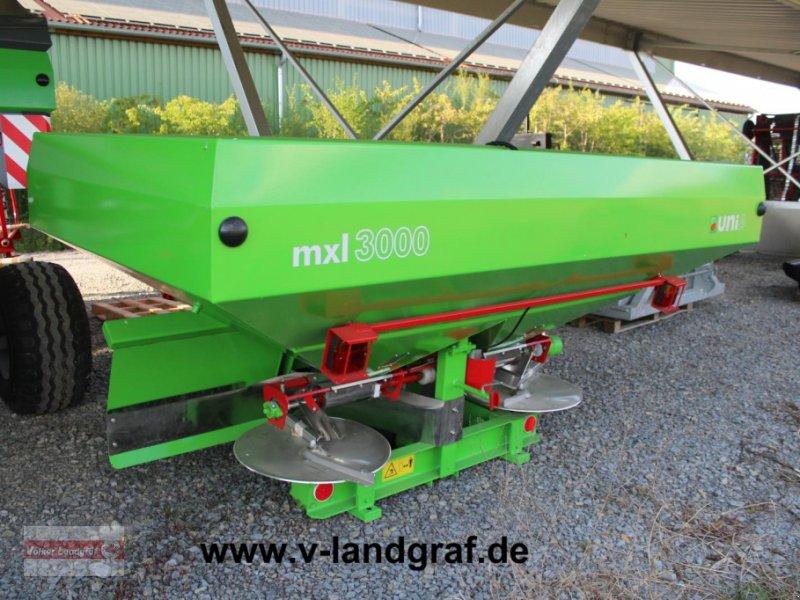 Düngerstreuer des Typs Unia MXL 3000, Neumaschine in Ostheim/Rhön (Bild 1)