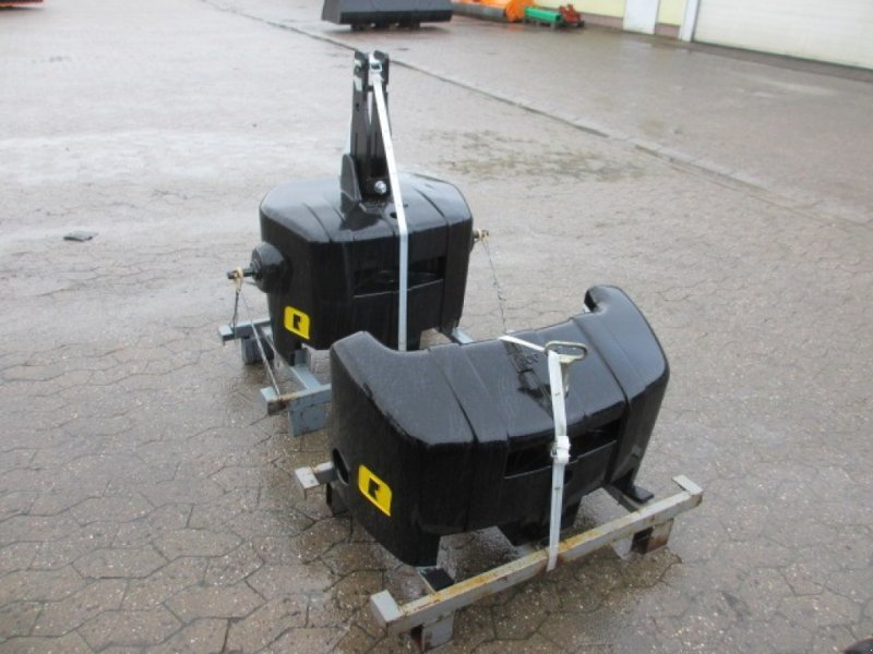 Frontgewicht des Typs Alö Q-Bloq 900 kg und Add on 600 kg, Neumaschine in Konradsreuth (Bild 1)