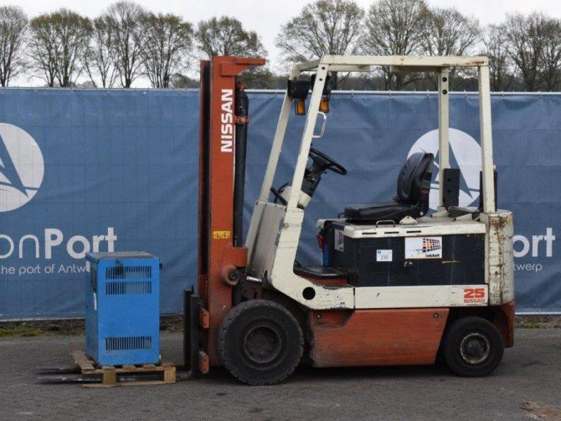 Frontstapler типа Nissan UM02L25U, Gebrauchtmaschine в Antwerpen (Фотография 1)