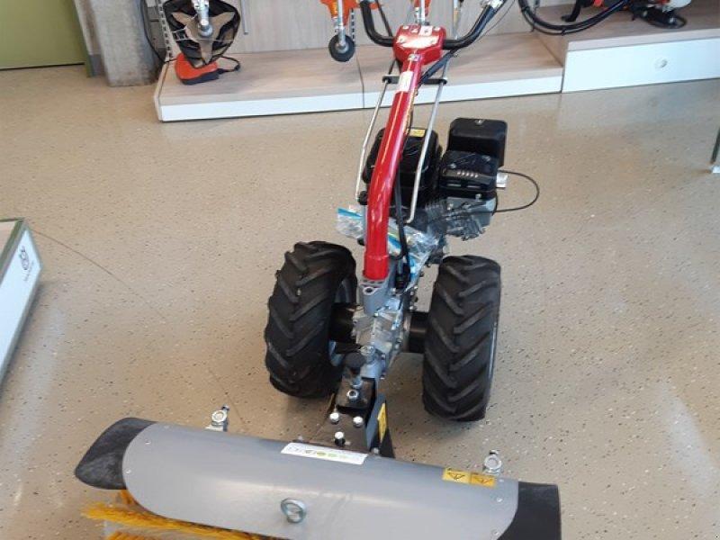 Kehrmaschine des Typs Benassi MF 223, Ausstellungsmaschine in Hindelbank (Bild 1)