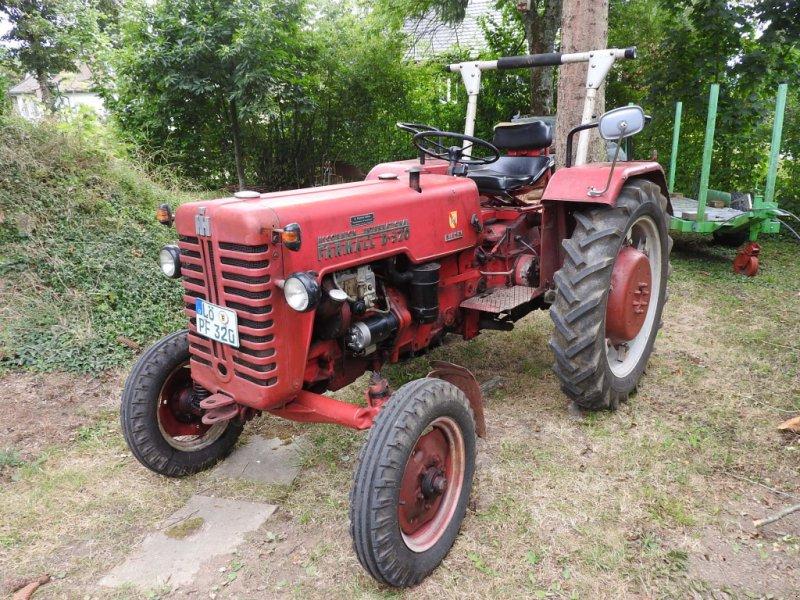 Oldtimer-Traktor des Typs Case IH Farmall D 320, Gebrauchtmaschine in Lörrach (Bild 1)