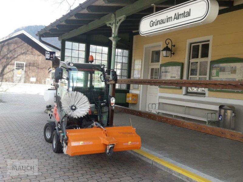 Rasentraktor des Typs Husqvarna P525 mit Kabine / Kehrmaschine für Profirider, Neumaschine in Burgkirchen (Bild 1)