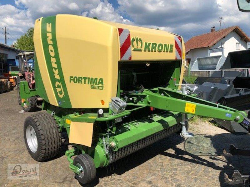 Rundballenpresse des Typs Krone Fortima F 1250 MC, Neumaschine in Regen (Bild 1)