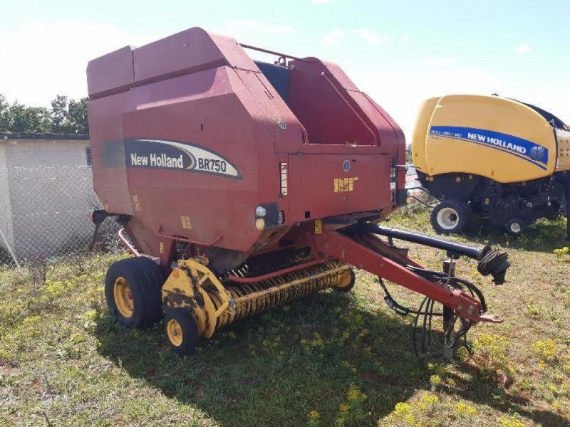 Rundballenpresse des Typs New Holland BR 750, Gebrauchtmaschine in SAINT GENEST D'AMBIERE (Bild 1)