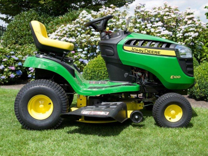 John Deere E100 Самоходная газонокосилка