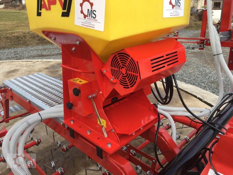 Striegel mit Nachsaateinrichtung des Typs Jar-Met Wiesenstriegel 6m APV Pneumatisch, Neumaschine in Tiefenbach (Bild 9)