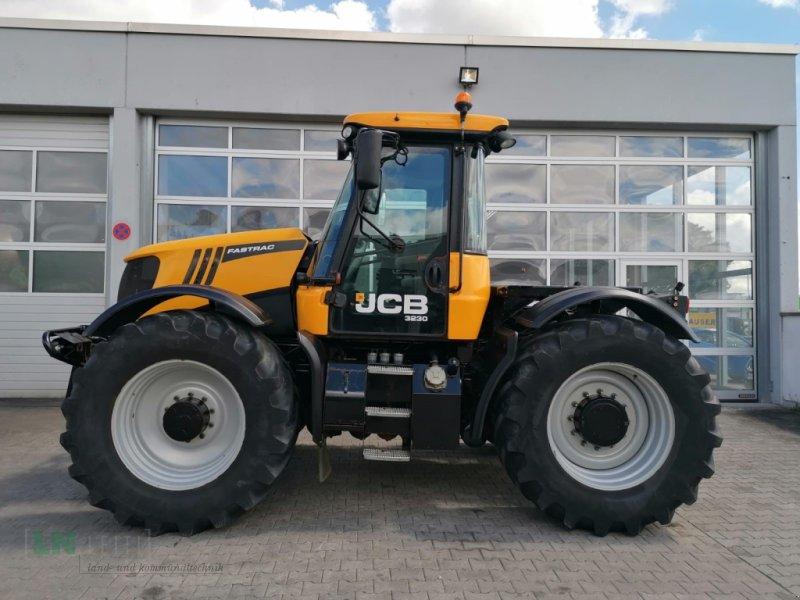 Traktor des Typs JCB Fastrac 3230 Xtra, Gebrauchtmaschine in Eggenfelden (Bild 1)
