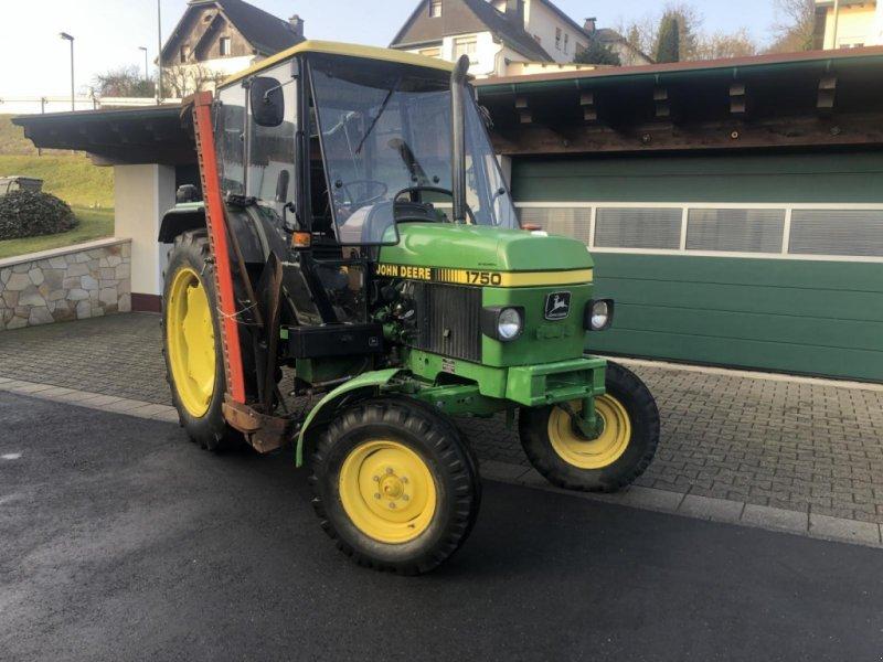 Traktor типа John Deere 1750 SYNCRON - MC 1 Kabine - Servolenkung - Mähwerk - 30km/h - erst 4720 Stunden - TÜV neu TOP, Gebrauchtmaschine в Niedernhausen (Фотография 1)