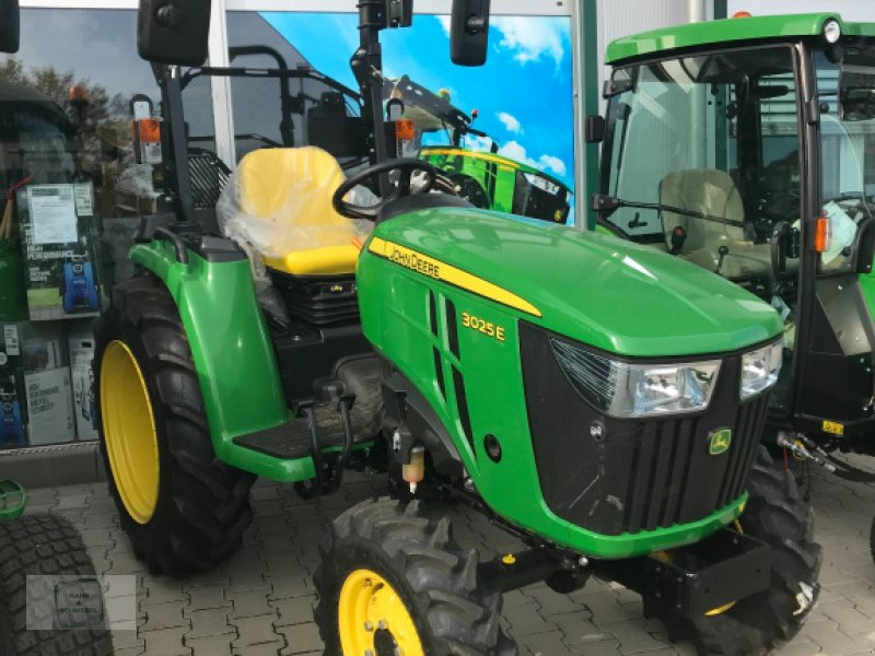 Traktor des Typs John Deere 3025E, Neumaschine in Gross-Bieberau (Bild 1)