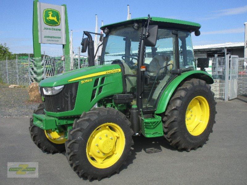 Traktor des Typs John Deere 5058E, Neumaschine in Euskirchen (Bild 1)