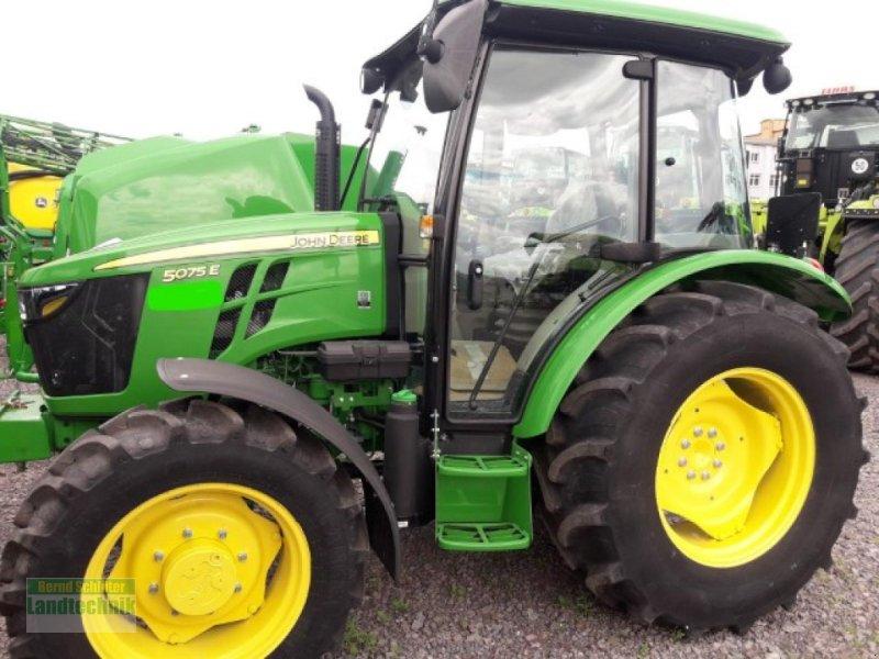 Traktor des Typs John Deere 5075E, Neumaschine in Büren (Bild 1)