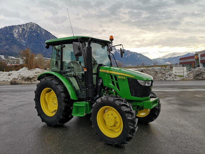 Traktor des Typs John Deere 5075E, Ausstellungsmaschine in Landquart (Bild 1)