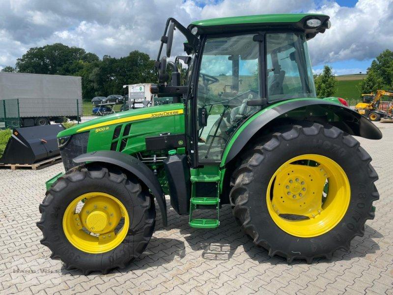 Traktor des Typs John Deere 5100 R, Neumaschine in Tettenweis / Karpfham (Bild 1)
