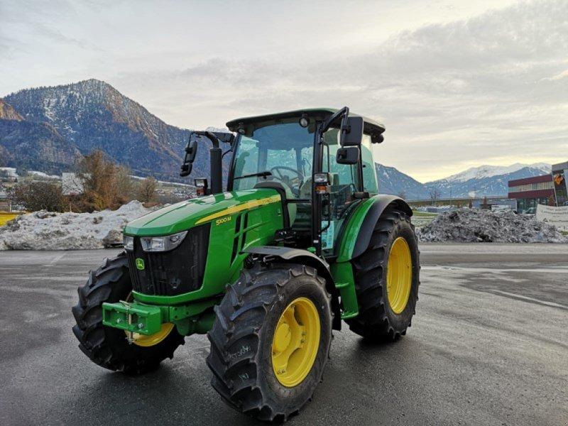 Traktor des Typs John Deere 5100M, Ausstellungsmaschine in Landquart (Bild 1)