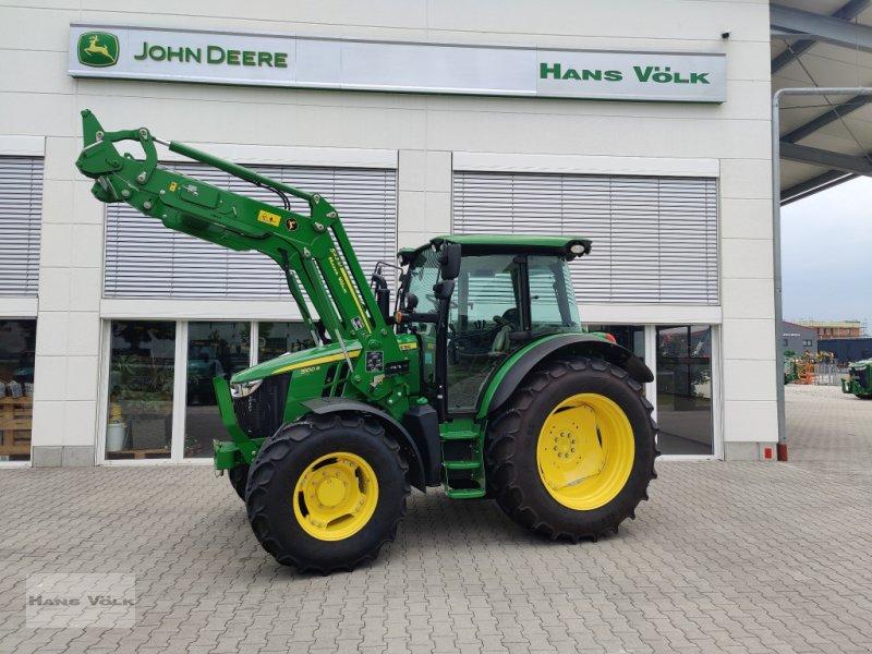Traktor des Typs John Deere 5100R mit 543R, Neumaschine in Eching (Bild 1)