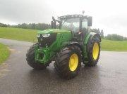 Traktor des Typs John Deere 6215 R in Neukirchen an der Vöckla