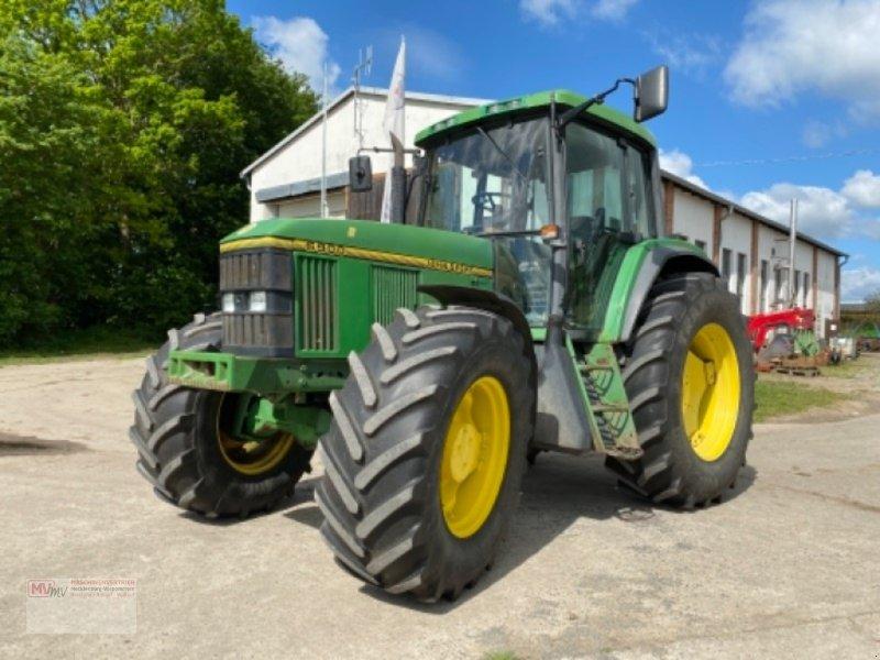 Traktor des Typs John Deere 6900, Ausstellungsmaschine in Burow (Bild 1)
