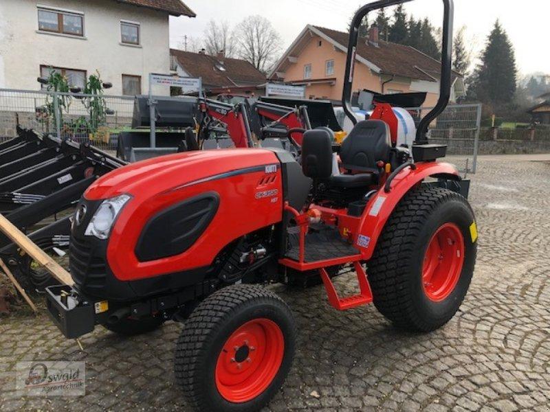 Traktor des Typs Kioti CK3510 HST, Neumaschine in Regen (Bild 1)