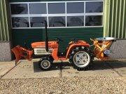 Kubota B1600 met sneeuwschuif en zoutstrooier Tractor