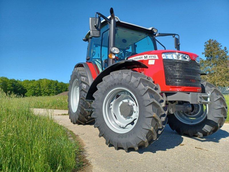 Traktor des Typs Massey Ferguson 4710 M, Ausstellungsmaschine in Hindelbank (Bild 1)