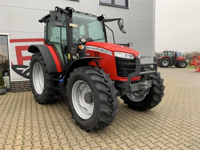 Traktor des Typs Massey Ferguson 5711M Cab 4WD Dyna-4, Neumaschine in Sulingen (Bild 1)
