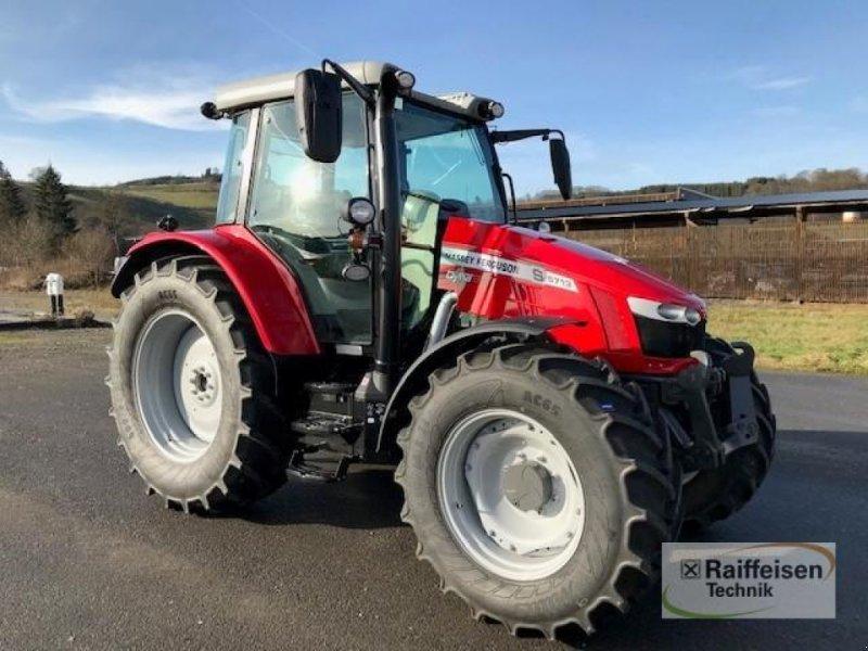 Traktor des Typs Massey Ferguson 5713S Dyna-6 Efficient, Gebrauchtmaschine in Eslohe (Bild 1)