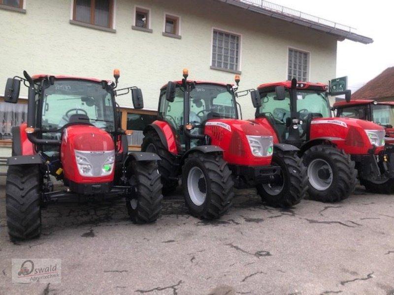 Traktor des Typs McCormick X2,30, Neumaschine in Regen (Bild 2)