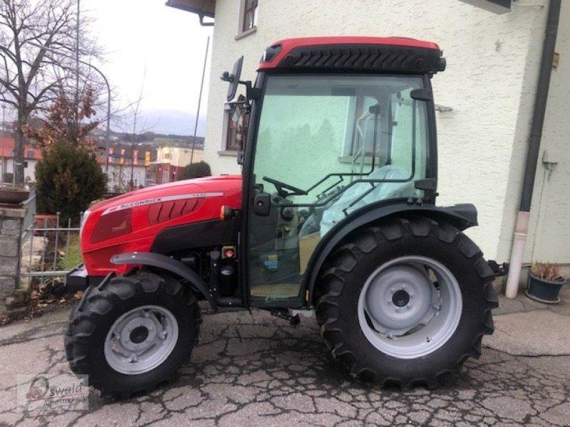 Traktor des Typs McCormick X2,30, Neumaschine in Regen (Bild 1)