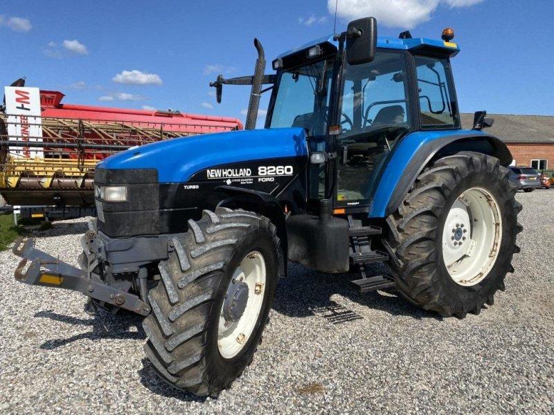 Traktor a típus New Holland 8260 DL  med frontlift, Gebrauchtmaschine ekkor: Hadsten (Kép 1)