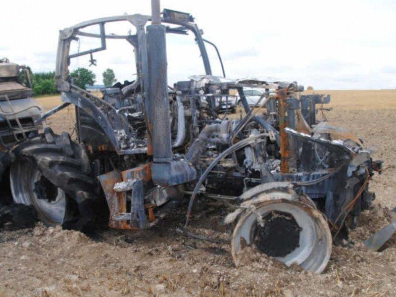 Traktor des Typs New Holland T 7040 Brandschaden, Gebrauchtmaschine in Honigsee (Bild 1)