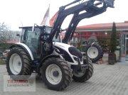 Valtra A 104 mit Frontlader Traktor