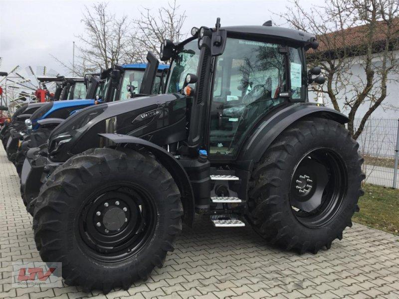Traktor des Typs Valtra G 135 V 1B9 Black, Neumaschine in Eggenfelden (Bild 1)
