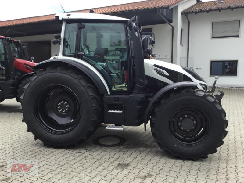 Traktor des Typs Valtra G 135 V 1B9, Neumaschine in Eggenfelden (Bild 1)