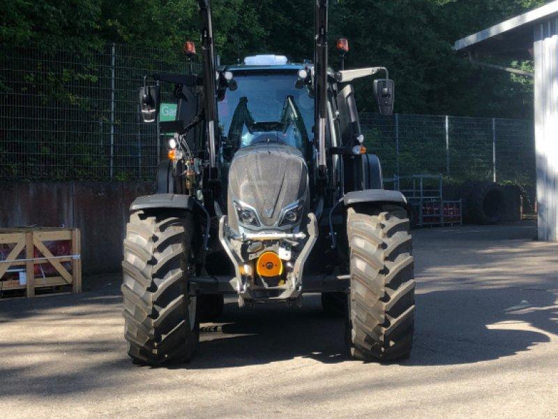 Traktor des Typs Valtra N 174, Neumaschine in Donaueschingen (Bild 1)