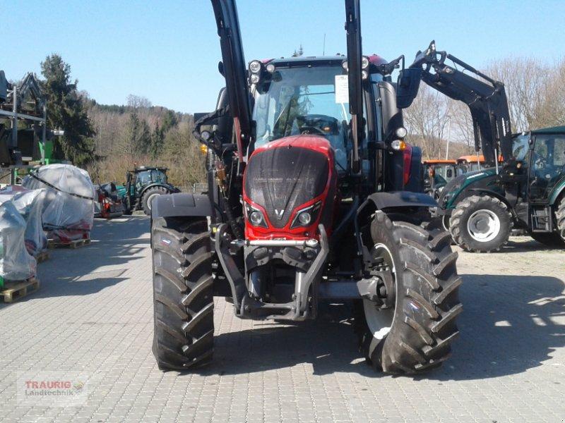 Traktor des Typs Valtra N 174A mit Rüfa und FL, Neumaschine in Mainburg/Wambach (Bild 6)