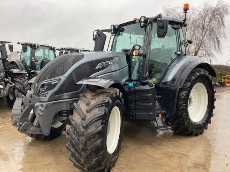 Traktor of the type Valtra T 174e A, Neumaschine in Grantham (Picture 1)