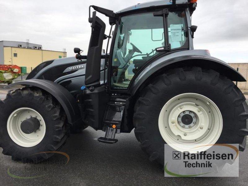Traktor des Typs Valtra T194A Mr19, Neumaschine in Weinbergen - Bollste (Bild 1)
