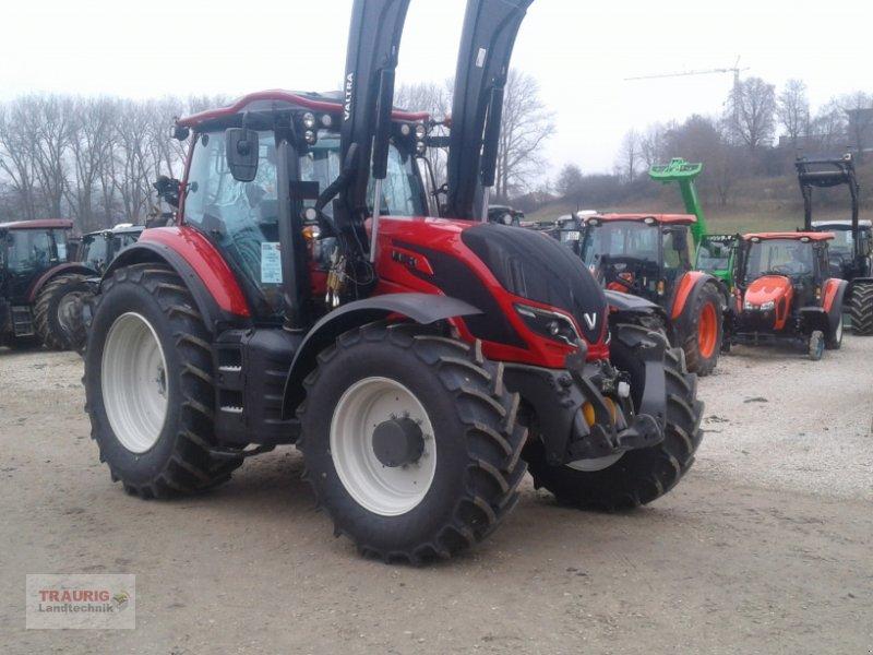 Traktor des Typs Valtra T214 mit FL und Rüfa, ab Lager, Neumaschine in Mainburg/Wambach (Bild 1)