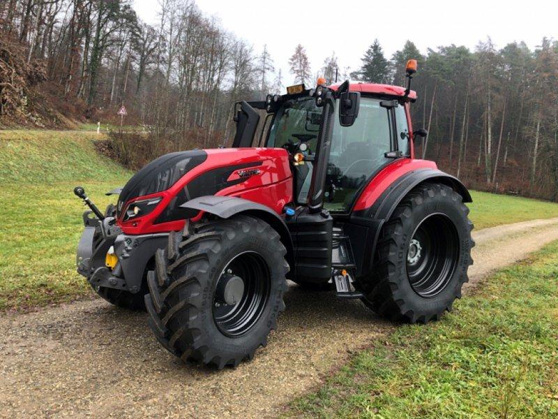 Traktor des Typs Valtra T234 D, Ausstellungsmaschine in Schaffhausen (Bild 1)